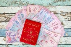 Passeport ukrainien domestique avec des hyrvnias Photographie stock libre de droits
