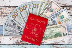 Passeport ukrainien domestique avec dollars US Photos stock