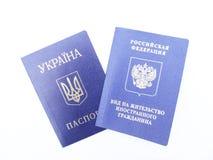Passeport ukrainien et permis de séjour russe Photographie stock libre de droits