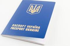 Passeport ukrainien international d'isolement sur le fond blanc Photo stock