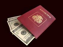 Passeports avec dedans les dollars inclus d'intérieur Images libres de droits