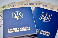 passeports avec la fin de monnaie fiduciaire de devise nationale vers le haut de la vue de l'argent liquide photos stock