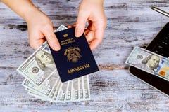 passeports avec les billets d'un dollar inclus avec un tourisme de touristes Voyage photo libre de droits