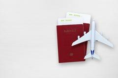 Passeports, cartes d'embarquement et avion de jouet image stock