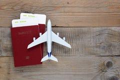 Passeports, cartes d'embarquement et avion de jouet sur la table photos libres de droits