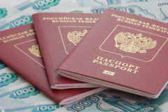 Passeports de la Fédération de Russie sur des roubles photographie stock