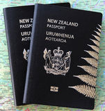 Passeports du Nouvelle-Zélande sur une carte Photographie stock libre de droits