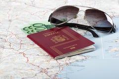 Passeports espagnols avec la devise d'Union européenne et verres sur a Images libres de droits