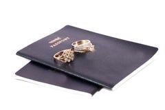 Passeports et anneaux de mariage photo libre de droits