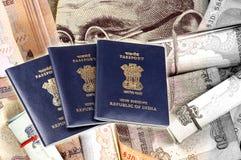 Passeports et argent photographie stock libre de droits