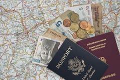 Passeports et argent sur une carte