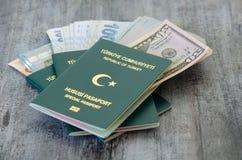 Passeports et billets de banque spéciaux verts turcs photo libre de droits