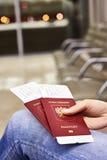 Passeports et billets pour le vol en main de la femme Image libre de droits