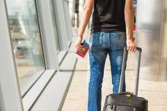 Passeports et carte d'embarquement de plan rapproché à l'aéroport Photos libres de droits