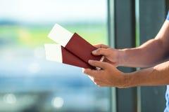 Passeports et carte d'embarquement de plan rapproché à l'aéroport Images libres de droits