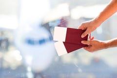 Passeports et carte d'embarquement de plan rapproché à l'aéroport Image libre de droits
