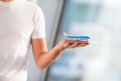 Passeports et carte d'embarquement de plan rapproché à l'aéroport Photo libre de droits
