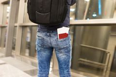 Passeports et carte d'embarquement de plan rapproché dans la poche Image stock