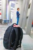 Passeports et carte d'embarquement de plan rapproché sur le sac à dos à Images stock