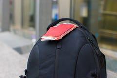 Passeports et carte d'embarquement de plan rapproché sur le sac à dos à Images libres de droits