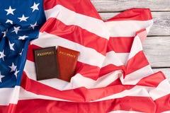 Passeports et drapeau des Etats-Unis sur le fond en bois Images libres de droits