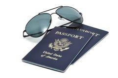 Passeports et lunettes de soleil américains photographie stock libre de droits