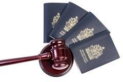 Passeports et marteau images stock