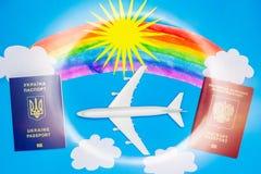 Passeports et modèles ukrainiens et russes d'avion Le concept de la reprise du trafic aérien entre les pays image libre de droits