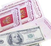 Passeports et pile d'argent des USA photographie stock libre de droits