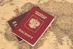 Passeports internationaux russes sur la carte Photo stock