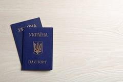 Passeports internes ukrainiens sur le fond en bois image libre de droits