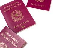 Passeports italiens d'isolement sur le blanc image libre de droits