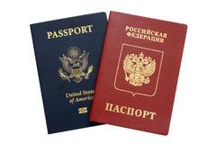 Passeports russes et américains photo stock