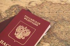 Passeports russes sur la carte Photos stock