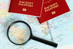 Passeports sur la carte Photos stock
