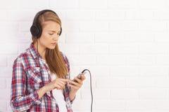 Passer femelle par le playlist images stock