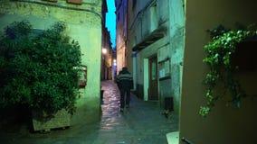 Passer gaat op smalle straat in de oude euripian stad stock videobeelden