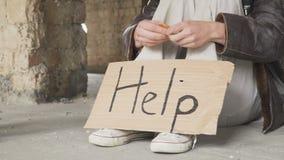 Passer geeft bitcoin aan de dakloze mens stock video