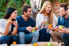 Passer le bon temps avec des amis Image libre de droits
