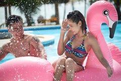 Passer le jour chaud dans la piscine Photo stock