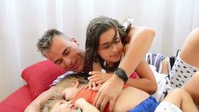 Passer le temps avec la famille banque de vidéos