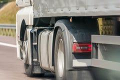 Passera en lastbil på en motorväg arkivfoton