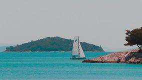 Passera för fartyg Tisno Kroatien lager videofilmer