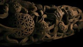 Passera forntida asiatisk träskulptur arkivfilmer