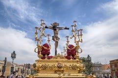 Passera gåta av brödraskapet av St Bernard i den heliga veckan i Seville Royaltyfri Fotografi