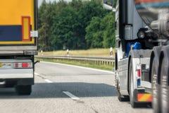 Passera manöver av en lastbil på en motorväg royaltyfri fotografi