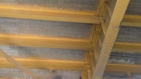 Passera under den Sacramento tornbron från fartyget på floden arkivfilmer