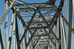 Passera under en bro med allsång av rost Royaltyfria Bilder