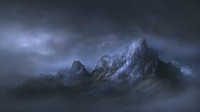 Passerande för högt berg i dramatisk dimmig atmosfär Arkivbilder