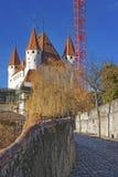 Passerande till den Thun slotten i Schweiz Royaltyfri Bild